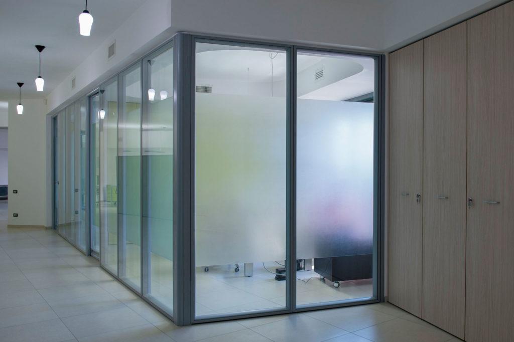 Divisorie vetrate imo progettazione e produzione mobili for Negozi per ufficio